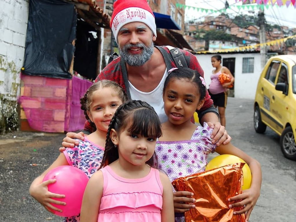 santa claus volunteer with children from commune 13 san javier